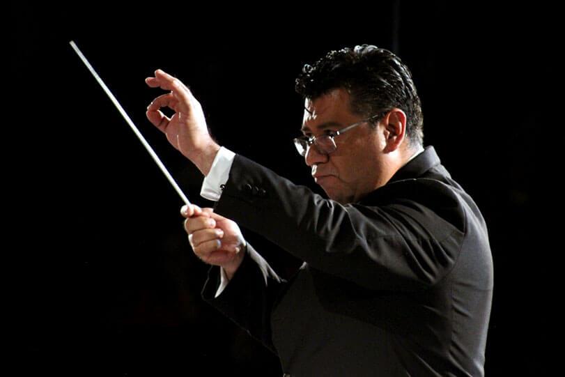 Director de orquesta dirigiendo Rey Alejandro